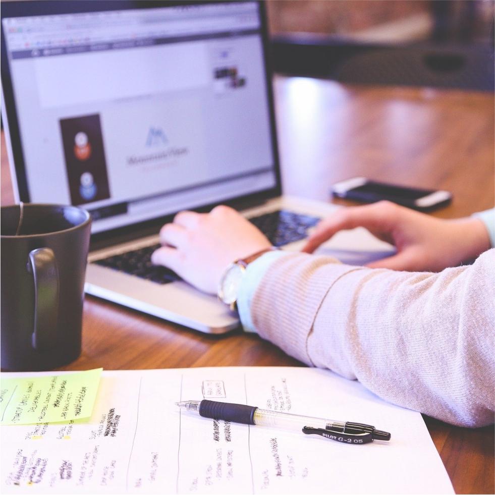 Contratar uma agência de marketing digital ou fazê-lo internamente